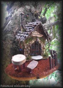 Domeček z budky - foto na stromě